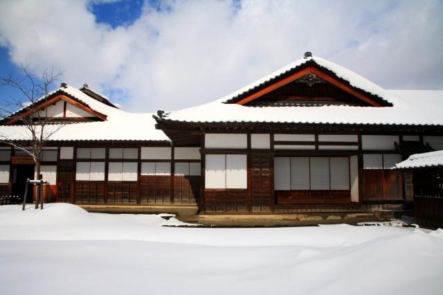 冬、雪に覆われる武家屋敷