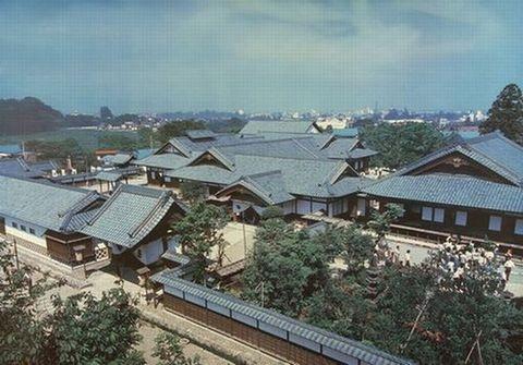 広大な敷地内に歴史的な建物が並びます。