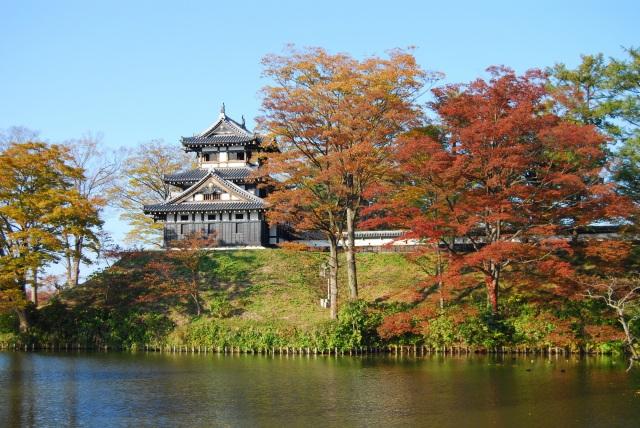 秋、紅葉に彩られる高田公園