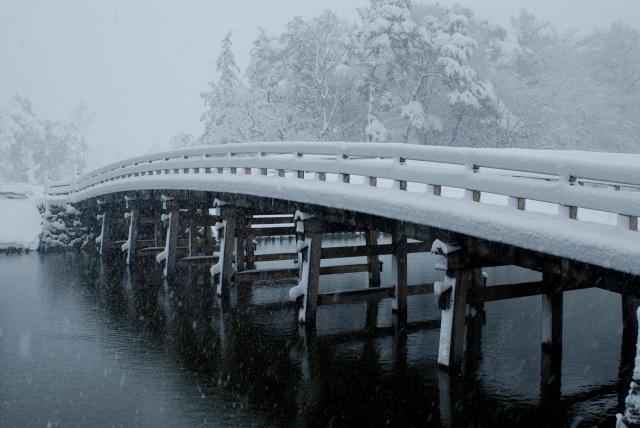 冬、風情ある雪景色の極楽橋