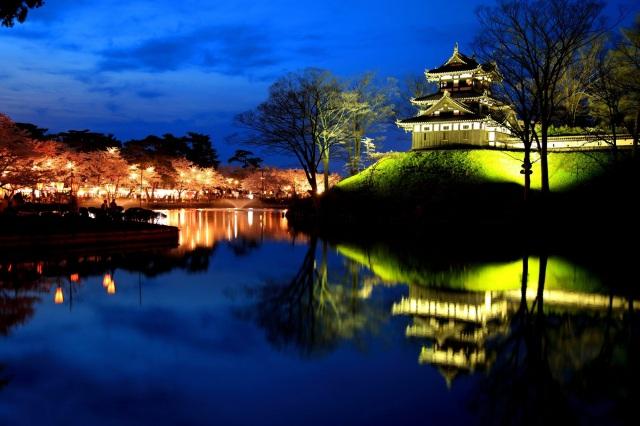「日本三大夜桜」お堀の水面に映る美しい様
