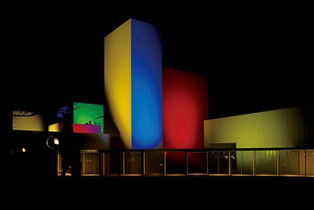 欣赏建筑与艺术作品的夜晚漫步行程